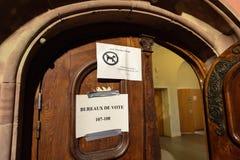 Abschnittpapier Bureaux de Vote Voting auf der Tür eines Schule-dur Stockbild