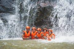Abseil feliz de los turistas en la cascada de Datanla, Vietnam Imagen de archivo