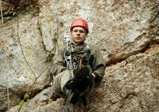abseiling在坑洼的Caver 免版税库存图片