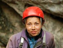 abseiling在坑洼的Caver 库存照片