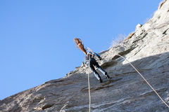 abseiling攀登的攀岩运动员 免版税库存图片