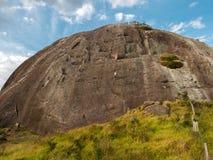 abseiling陡峭的岩石山墙壁的人们在巴西 图库摄影