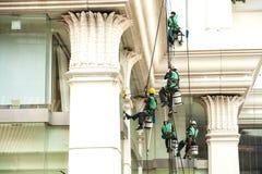 abseiling从一个高楼的玻璃清洁剂 库存图片