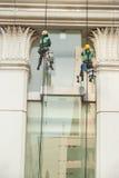 abseiling从一个高楼的玻璃清洁剂 免版税库存照片