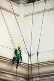 abseiling从一个高楼的玻璃清洁剂 免版税图库摄影