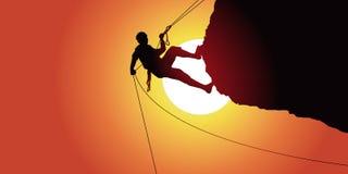 Abseiling de um alpinista após ter escalado uma rocha que pende sobre sob um sol ilustração do vetor