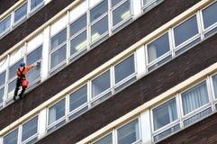 Abseiling fönsterrengöringsmedel Arkivfoto