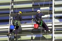 abseiling företags workmen för byggnad Arkivbild