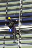 abseiling robotnika budynku. Zdjęcia Stock
