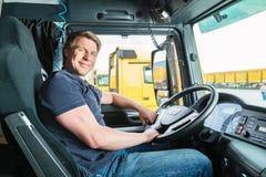 Absender oder LKW-Fahrer in der Fahrerkappe Stockbild