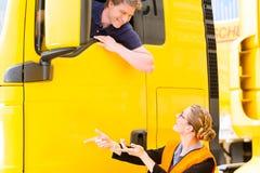 Absender oder LKW-Fahrer in der Treiberkappe Stockfotos