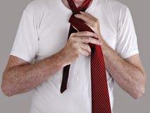 absentminded tie för manskjorta t Royaltyfri Bild