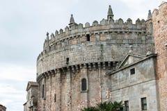 Absid av domkyrkan och väggarna av Avila i Spanien Royaltyfri Fotografi