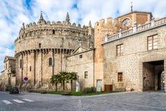 Absid av domkyrkan till och med stadväggarna i Avila - Spanien Arkivbild