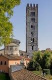 Absid- och klockatornet av basilikan av San Frediano i Lucca, Tuscany, Italien Royaltyfri Bild