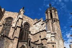 Absid och klockstapel av den Barcelona domkyrkan Arkivfoto