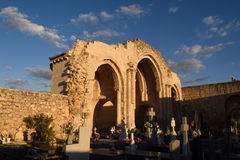 Absid och kyrkogård i kyrkan av Jultomten MarÃa de la Varga, Royaltyfri Foto