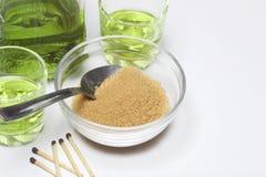 Absint är grön I en flaska och hällt in i exponeringsglas Farin för caramelization av en drink och matcher för brännande socker N Royaltyfri Foto