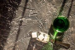 Absint i exponeringsglas på bästa sikt för grå bakgrund Fotografering för Bildbyråer