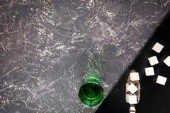 Absint i exponeringsglas på bästa sikt för grå bakgrund Arkivbilder