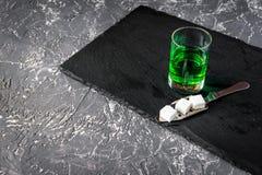 Absint i exponeringsglas på grått bakgrundsslut upp Royaltyfria Foton