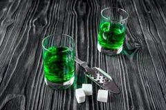 Absint med den sockerkuber och skeden på träbakgrund Royaltyfria Foton