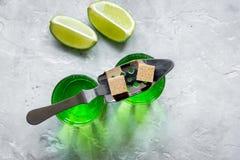 Absint med sockerkuber i sked på bästa sikt för stenbakgrund Arkivbilder