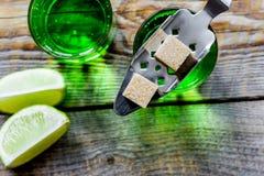 Absint med sockerkuber i sked på bästa sikt för träbakgrund Royaltyfria Foton