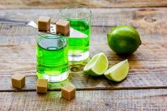 Absint med sockerkuber i sked på träbakgrund Royaltyfri Bild
