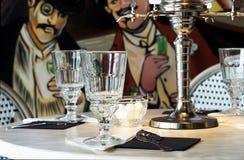 Absintexponeringsglas och absintspringbrunn Fotografering för Bildbyråer