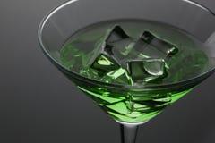 Absinthe de cocktail avec la vodka en verre de martini Images libres de droits