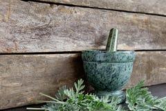 Absinthe fraîche Herb Leaves avec le mortier et le pilon de marbre verts image stock