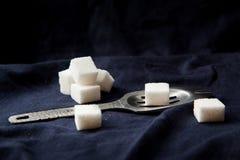 Absintsked med socker Arkivfoto