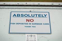 Absolument aucun poissons déposés dans le signe de poubelle Photographie stock libre de droits