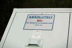 Absolument aucun poissons déposés dans le signe de poubelle Images stock