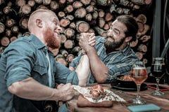 Absolut arm-brottning strid mellan två manliga vänner royaltyfri fotografi