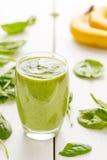 Absolut fantastisk smaklig grön avokadoskaka eller Smoothie som göras med den ny avokadon, bananen, citronjuice och Non mejerimjö Arkivfoto