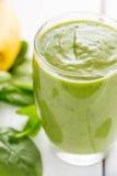 Absolut fantastisk smaklig grön avokadoskaka eller Smoothie som göras med den ny avokadon, bananen, citronjuice och Non mejerimjö Royaltyfri Fotografi