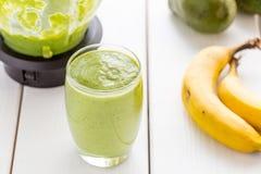 Absolut fantastisk smaklig grön avokadoskaka eller Smoothie som göras med den ny avokadon, bananen, citronjuice och Non mejerimjö Royaltyfri Foto