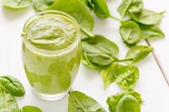 Absolut fantastisk smaklig grön avokadoskaka eller Smoothie som göras med den ny avokadon, bananen, citronjuice och Non mejerimjö Arkivfoton
