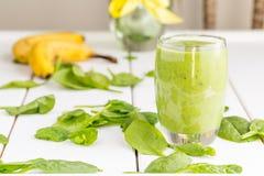 Absolut fantastisk smaklig grön avokadoskaka eller Smoothie som göras med den ny avokadon, bananen, citronjuice och Non mejerimjö Royaltyfri Bild