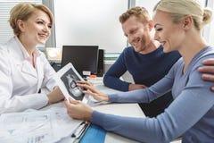 Absolut lyckliga par som besöker gynekologen Royaltyfri Bild