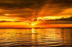 Absolut mening som blåser solnedgångar i Filippinerna royaltyfria foton