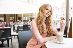 Absolut nätt kvinna under kaffeavbrott Royaltyfri Foto