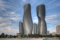 Absolutny świat, futurystyczni kondominia zakłada w Mississauga, Kanada zdjęcie royalty free