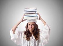 Absolvent mit Buch gegen die Steigung lizenzfreie stockfotos
