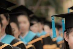 Absolwenci w początku skalowania ceremonii wiosłują, metafory educ zdjęcie royalty free