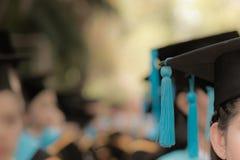 Absolwenci w początku skalowania ceremonii wiosłują, metafory educ obrazy stock