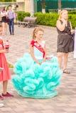 Absolwent szkoła podstawowa w pięknej sukni przy świątecznym korowodem fotografia royalty free