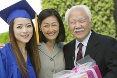 Absolwent z matką i dziadem na zewnątrz portreta Zdjęcie Stock